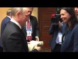 Эксклюзив: Путину после пресс-конференции передали свитер от перуанки, которая несла ему подарок, но ее не пустила к президенту.