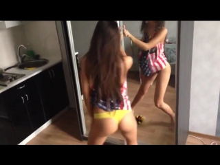 Брюнетка танцует перед зеркалом грудь и крутит попкой # хоум порно Devils Film Brazzers Толстухи Blowjob Звезды видио Блондинки