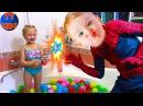 Spiderman и Ярослава купаются в ванной с разноцветными шариками Видео для детей
