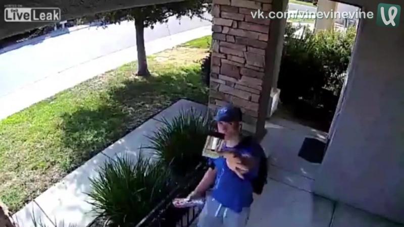 Подросток вернул кошелёк владельцам с 1500 долларами внутри