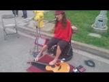 Уличный Музыкант Играет на Гитаре