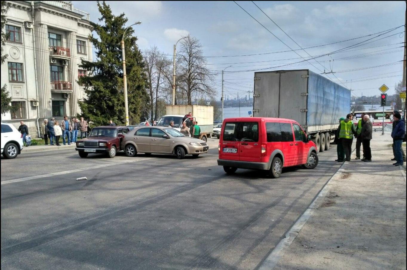 Возле запорожского Днепрогэса произошло тройное ДТП (ФОТО)