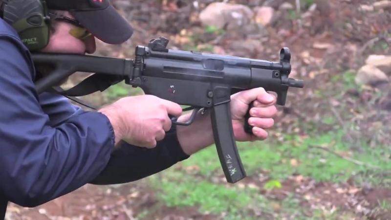 MP5K — компактная модификация 1976 года с укороченным стволом и цевьем, оснащенным дополнительной рукояткой для удержания оружия