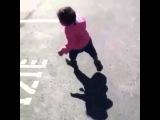 Девочка испугалась своей тени