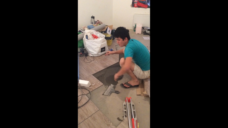 На работе плитку клеем