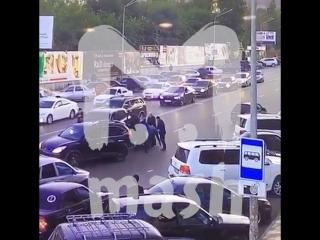 Охрана министра внутренних дел Дагестана избивает не пропустившего кортеж водителя