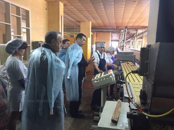 Радаев побывал на производственном кондитерском цеху