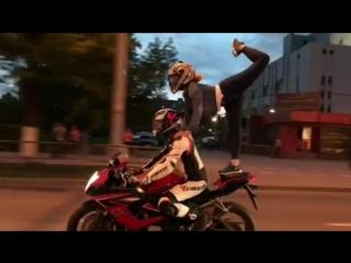 Пермячка выполнила опасный трюк, стоя на мотоцикле