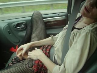 Развратная женушка вставила резиновый член в свой киску прямо в машине (нежный секс малолетка красивая школьница студенты)