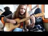 Девочка офигенно поёт и играет на гитаре в автобусе на французском