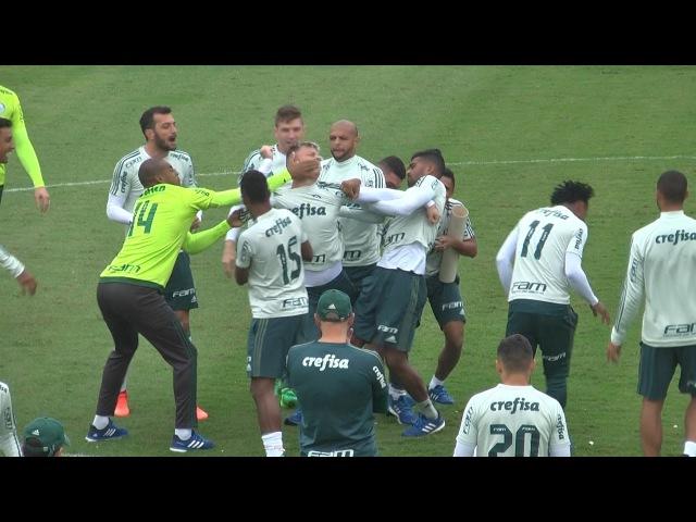 Róger Guedes perde aposta e leva trote pesado em treino do Palmeiras