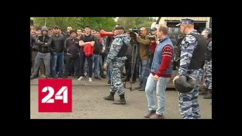 Рабочие-мигранты обвинили руководство Москвы в поборах - Россия 24