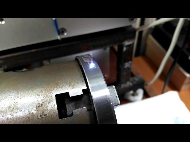 Гравировка нержавеющей детали на поворотной оси волоконным лазером.