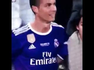 Реакция Роналду на появление на поле его девушки после окончания финального матча ЛЧ.