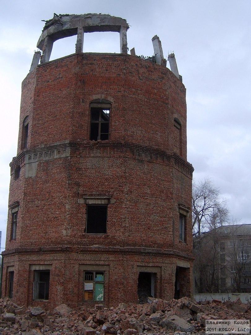 Водонапорная башня в Тольятти в процессе сноса