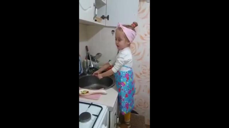 Маленькая девочка обсуждает мужчин с позиции взрослой женщины )