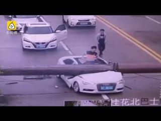 В Китае мужчина чудом выжил после падения на его авто башенного крана
