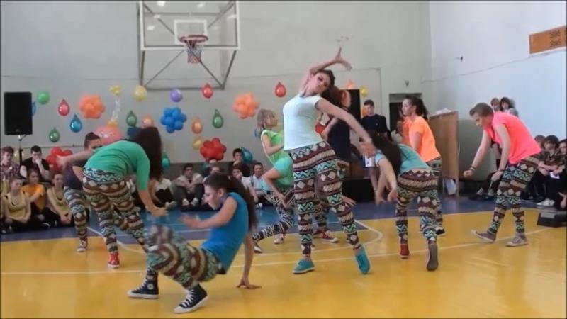 Девочки и мальчики танцуют Билли Джин в школьном спортзале