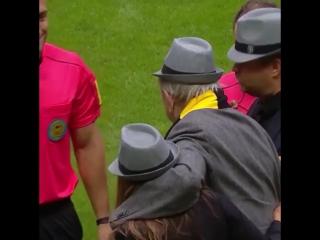 Шведские старики во главе с экс-президентом УЕФА вместо детей вывели футболистов АИК на поле