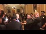 Трампа забросали российскими флагами в здании конгресса