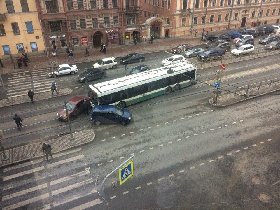 Из-за серьёзного ДТП савтобусом наЛиговском создалась пробка