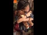 Реакция двух девочек на плюшевых медведей с голосом умершего дедушки