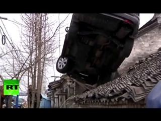 Паркуюсь где хочу: мужчина загнал автомобиль на крышу дома