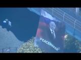 На Манхэттенском мосту в США вывесили плакат с Путиным и надписью Миротворец (06.10.2016)