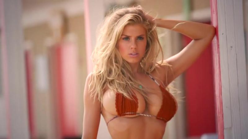 Seksi Model Charlotte Mckinneyin Dergi Çekimi
