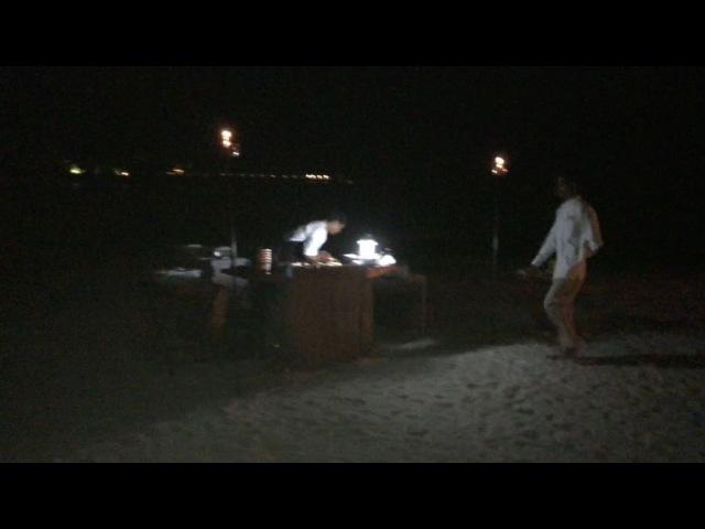 Прямо на пляже шеф-повар готовил нам морепродукты в специально оборудованной кухне, очень необычно и вкусно. Под легкий ветер с океана мы заканчиваем наш вечер, но для вас есть ещё одна вещь, которая удивит, скоро💸😂 Закрытый остров - прекр