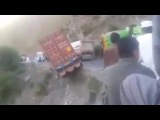LiveLeak - Driver Saved A Truck From Falling Off The Mountain