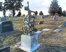 Отец поставил памятник своему сыну-инвалиду на кладбище в Солт-Лейк-Сити…