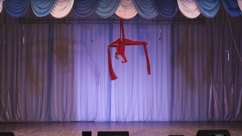 Гимнастка на воздушных полотнах Марина Ламонова.