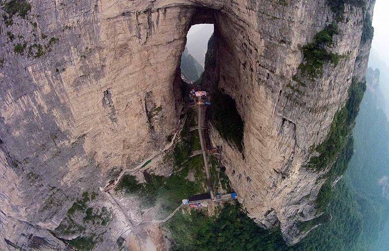 QnB2FEe9Dl0 - Огромная арка в горах «Небесные ворота» (22 фото)
