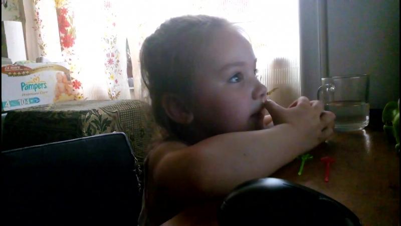 Машенька поет песню Эльзы из мультфильма Холодное сердце