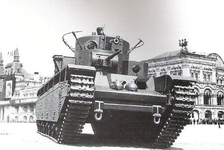 Один из первых серийных тяжёлых танков Т-35 на параде 1 мая 1934 года.