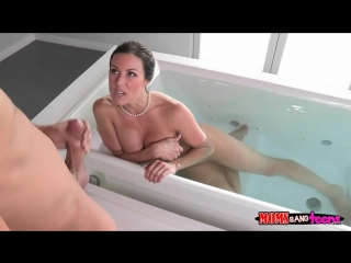 сосет в ванной у сына