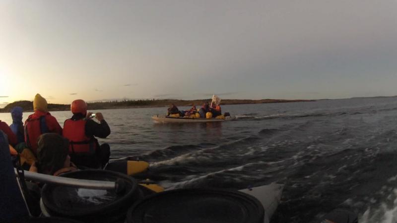 Как то раз на Белом море... Шли по бескрайней водной глади... На закате..