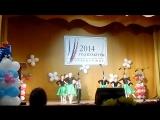 Ребятишки танцуют под русско-народную музыку.