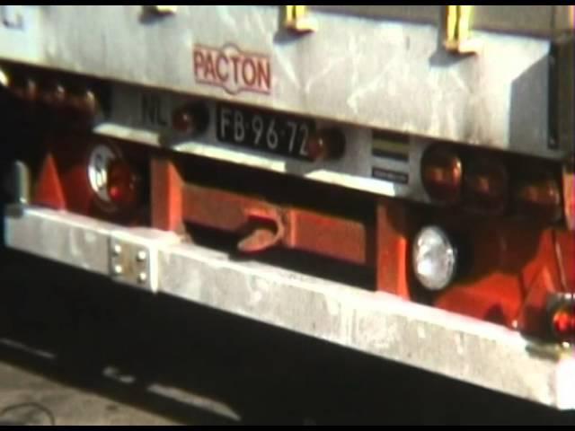 Vlietko Bv Motoren laden in Klundert voor Teheran 1974 Film van Bren Boeree