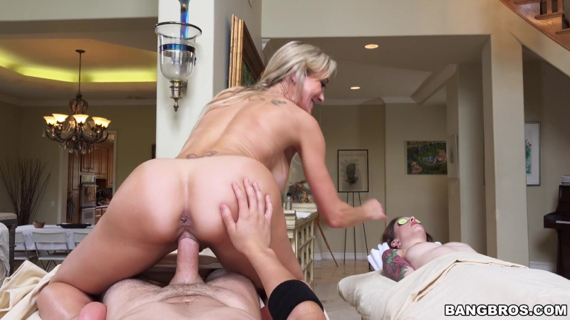 Pussy squirt into another pussy