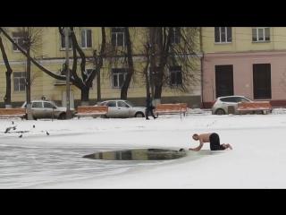 Мужчина босиком спасает тонущую собаку