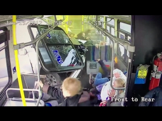 Пикап влетел в автобус