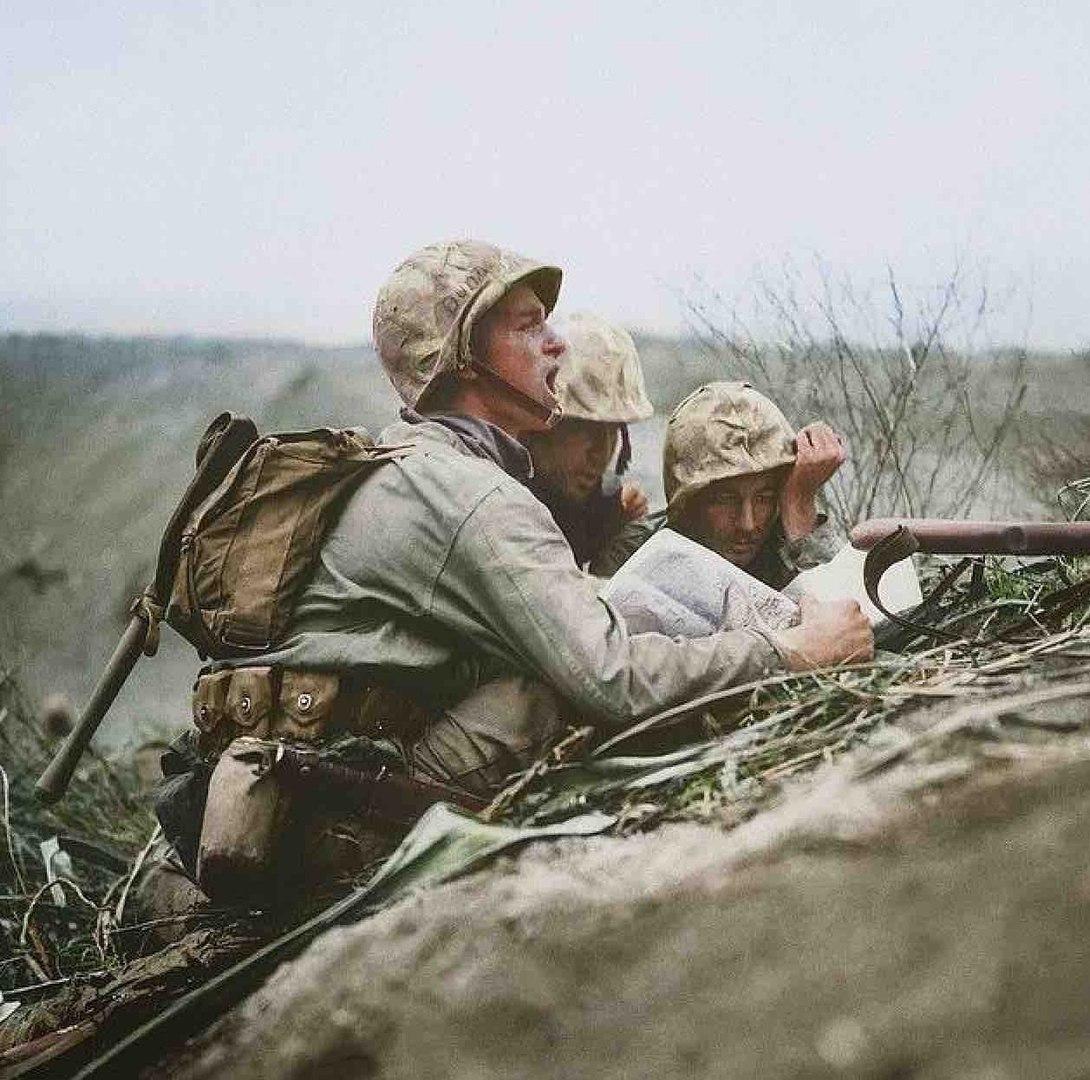 Американские морпехи из 5-й дивизии корректируют огонь артиллерии по японским позициям.