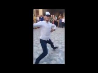Иса классно танцует