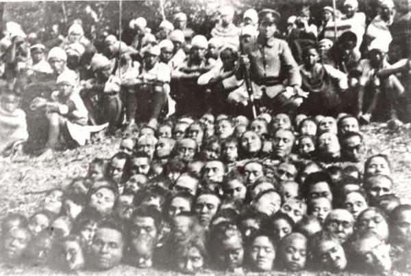 Фото японского офицера на фоне убитых мирных жителей города Нанкина, 1937 год.