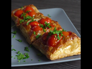 К обеду: как приготовить ленивые слойки с томатами?