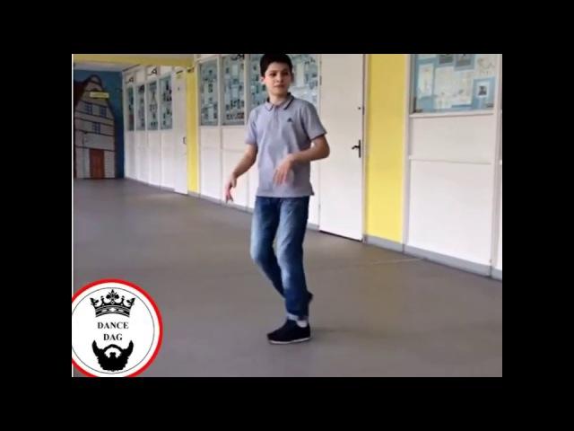 Пацан красиво танцует Шафл....