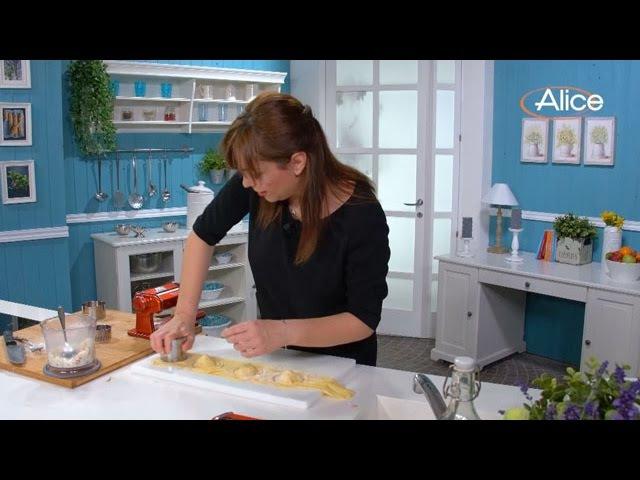 Ravioli ripieni di Mozzarella e pomodorini datterini con crema di burrata