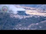 Бессмертный танк Т-55 боевиков Первой Прибрежной Дивизии ССА ведет огонь по позициям сирийской армии на северо-востоке провинции